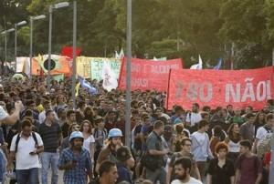 Manifestantes protestan contra el aumento en la tarifa del transporte público en Sao Paulo, Brasil, el martes 19 de enero de 2016. El país, que se encuentra sumido en una fuerte crisis económica, perdió 1,5 millones de puestos de trabajo asalariados en 2015 en medio de una contracción económica que ha provocado inflación alta y despidos en los sectores manufacturero y de servicios, informó el ministerio de Trabajo el jueves 21 de enero de 2016. (Foto AP/André Penner)