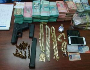 Arma y dinero Dican