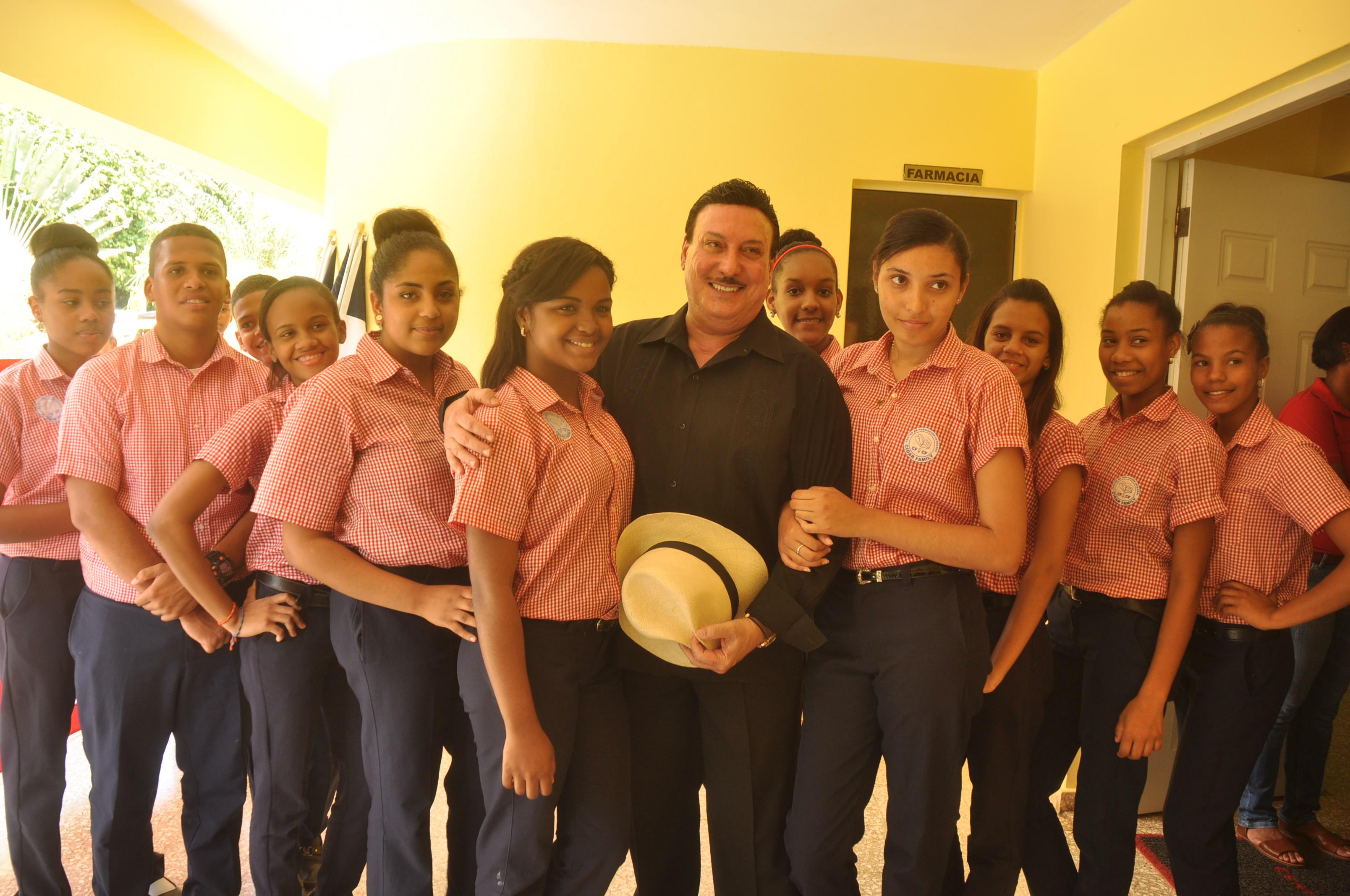 Carlos Fuente junto a estudiantes del centro Cigar Family.