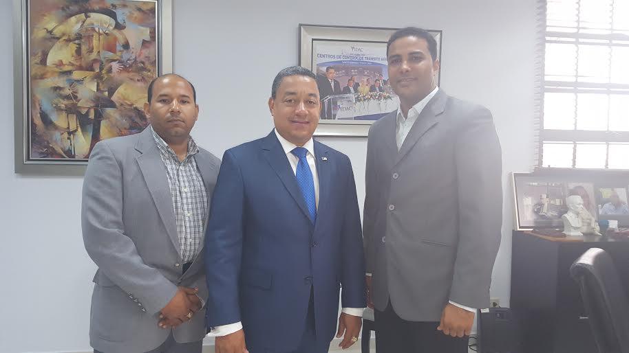 Braulio Ramirez coordinador del evento, Lic. Alejandro Herrera Director del Instituto Dominicano de Aviación Civil (IDAC) y Lic. Wily González Presidente de la FDA.