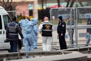 Personal forense y de seguridad trabaja en el lugar donde se produjo una explosión el día anterior en el centro de la capital turca, Ankara, el lunes 14 de marzo de 2016. (AP Foto/Burhan Ozbilici)