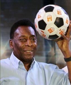 En esta imagen del 12 de octubre del 2015 se ve a Pele, una leyenda del fútbol mundial, durante un diálogo con estudiantes en Calcuta, India. Pelé demandó a Samsung ante un tribunal federal en Chicago por considerar que usó su imagen sin autorización, según se informó el 29 de marzo del 2017. (AP Foto/Bikas Das Archivo)