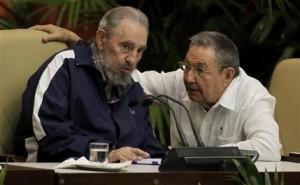 ARCHIVO - En esta imagen de archivo del 19 de abril de 2011, Fidel Castro, a la izquierda y el presidente Cuba, Raúl Castro, hablan durante el 6to Congreso del Partido Comunista en La Habana, Cuba.  (AP Foto/Javier Galeano, Archivo)