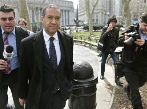 Francis Lorenzo, segundo de izquierda a derecha, un embajador suspendido de República Dominicana y ex diplomático ante la ONU, sale de la corte luego de declararse culpable de soborno el miércoles 16 de marzo de 2016 en Nueva York. (Foto AP/Bebeto Matthews)