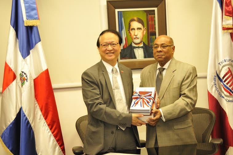 El presidente del Tribunal Constitucional (TC), magistrado Milton Ray Guevara junto al embajador extraordinario y plenipotenciario de la República de China –Taiwán