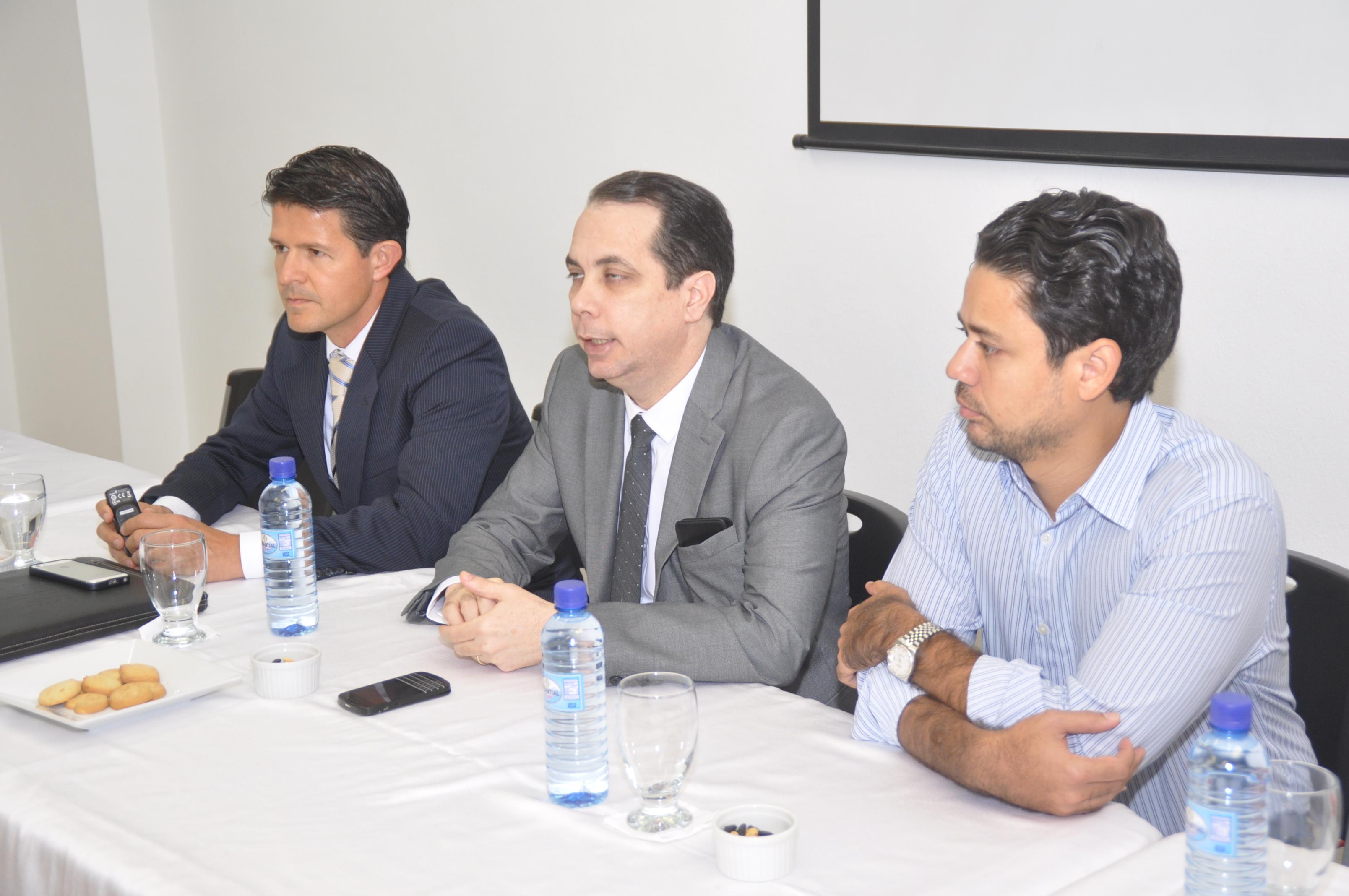 El representante de la Corporación Interamericana de Inversiones del Banco Interamericano de Desarrollo (BID), Juan Reyes Fonseca, expone, luego se observan la dirigencia de la ACIS, presidido por Sandy Filpo su presidente.