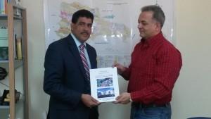 El Ing. Santiago Muñoz, Director del Servicio Geológico Nacional, recibe del Ing. Arq. Pedro E. Sosa V. un ejemplar del Plan de Desarrollo Urbano de San José de Ocoa