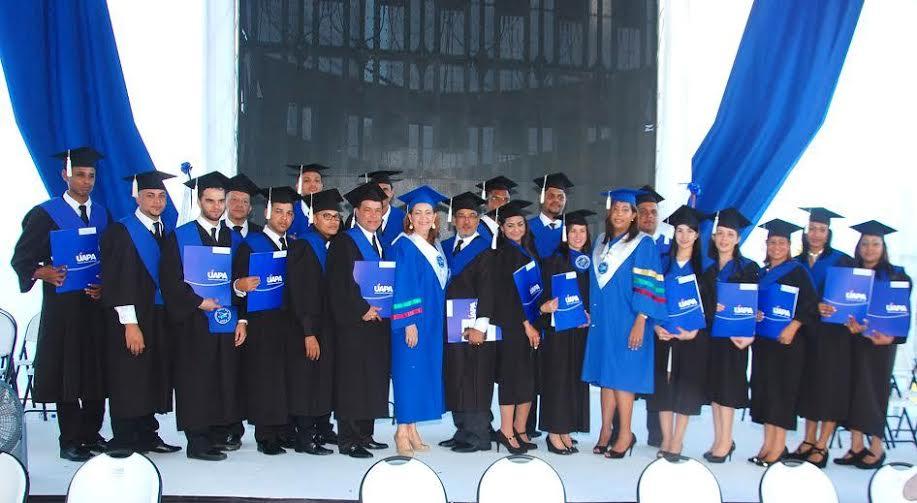 Primera promoción de técnicos en Agrimensura.