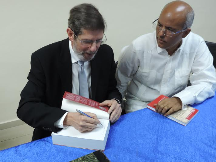Fabio Guzmán Ariza dedica ejemplar al Lic. Carlos Balbuena