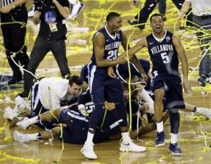 Los jugadores de Villanova festejan luego de vencer a North Carolina en la final del basquetbol universitario, el lunes 4 de abril de 2016, en Houston (AP Foto/Charlie Neibergall)