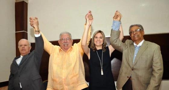 Víctor Méndez, José Enrique Sued, Iris Méndez y Héctor Grullón Moronta levanta las manos en señal de triunfo