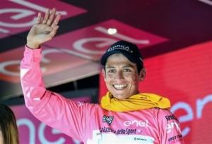 El colombiano Esteban Chaves celebra desde el podio con el jersey rosado luego de apoderarse del liderato general en la 19na etapa del Giro de italia, de Pinerolo a Risoul, Francia, el viernes 27 de mayo de 2016. (Alessandro di Meo/ANSA via AP)