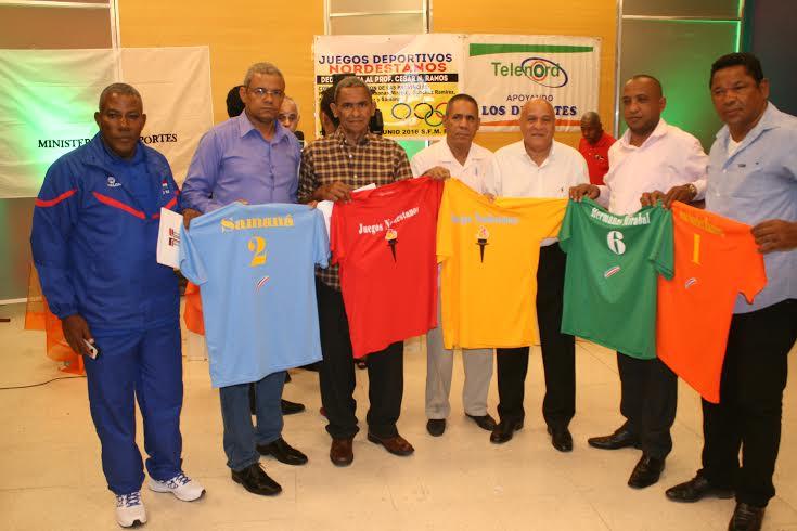 El ingeniero Wilgen Brito director provincial de deportes entrega los uniformes a los delegados de las cinco provincias que participaran de los juegos Nordestano.