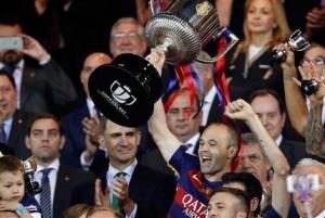 Andrés Iniesta del Barcelona levanta la Copa del Rey tras la victoria 2-0 ante Sevilla en la final en Madrid el domingo 22 de mayo de 2016. (AP Photo/Daniel Ochoa de Olza)