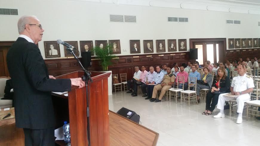 El magistrado Víctor Gómez Bergés, juez del TC expone en el seminario del Bicentenario de Ramón Matías Mella en la Gobernación de Santiago.