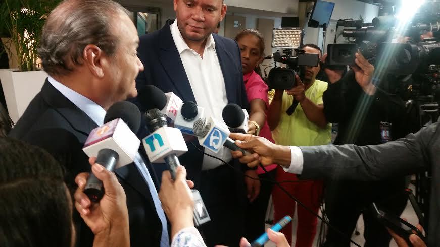 El presidente de la Asociación de Empresas de Zonas Francas, Luis José Bonilla Bojos habla con los periodistas.