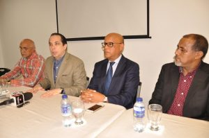 El presidente de la ACIS, Sandy Filpo, junto a José Hernández, Luis Lora y Justo Peña, durante la rueda  de prensa.