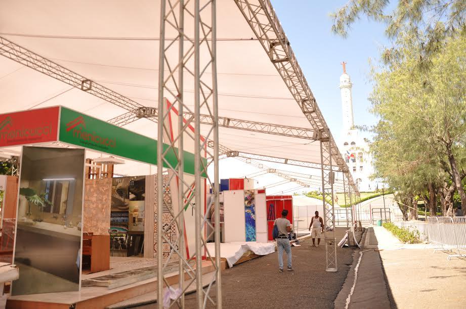 Vista parcial de los módulos que se instalan a toda carrera para la feria Expo Cibao de este miércoles en Los Jardines del Teatro