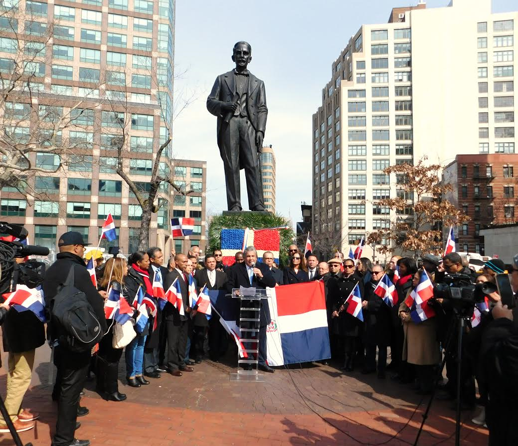 Al centro, el cónsul general Carlos A. Castillo pronuncia el discurso alusivo a la conmemoración del 173 aniversario de la Independencia Nacional en el homenaje a los Padres de la Patria.