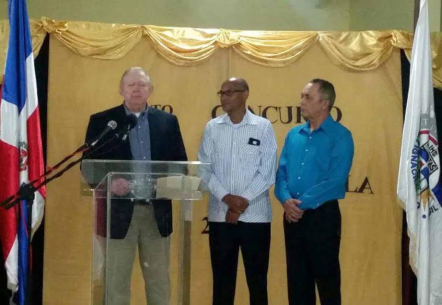 Jerry Dupuy pronuncia las palabras de agradecimiento, tras ser reconocido por el Junta de Dirección del Instituto San Ignacio de Loyola en Dajabón.