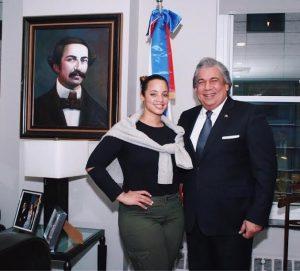 El cónsul general Carlos A. Castillo, en su despacho, junto a la actriz Dascha Polanco.