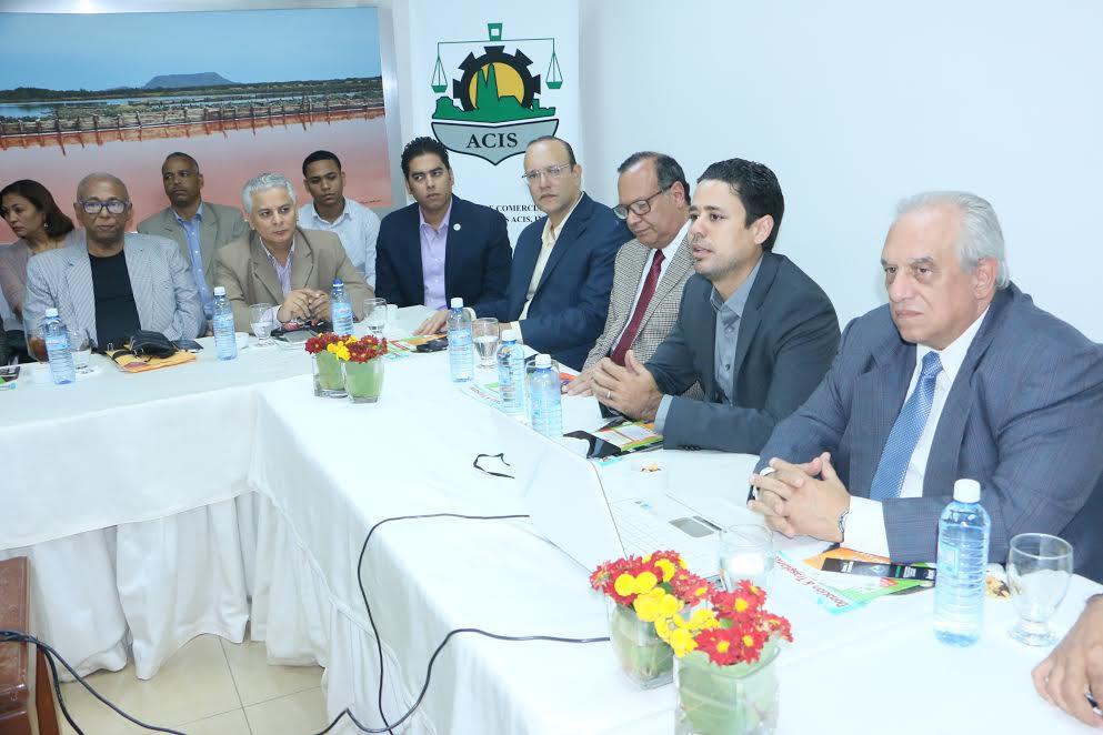 El presidente de la ACIS, Carlos Guillermo Núñez, Martin Almonte, José Octavio Prez, junto al doctor Fernando Morales Billini, durante el conversatorio sobre donación y trasplante de órganos