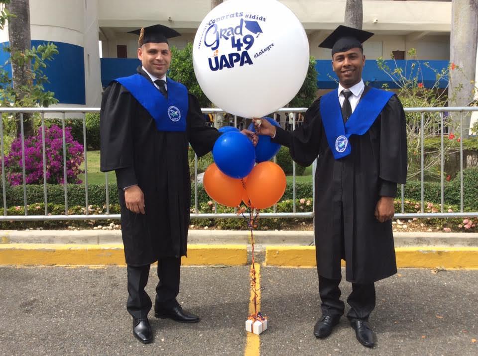 Los internos del Centro San Felipe de Puerto Plata, quienes cursaron la carrera de Derecho en la UAPA, Miguel Manuel Nicasio y Yimi Aldry Guzmán.