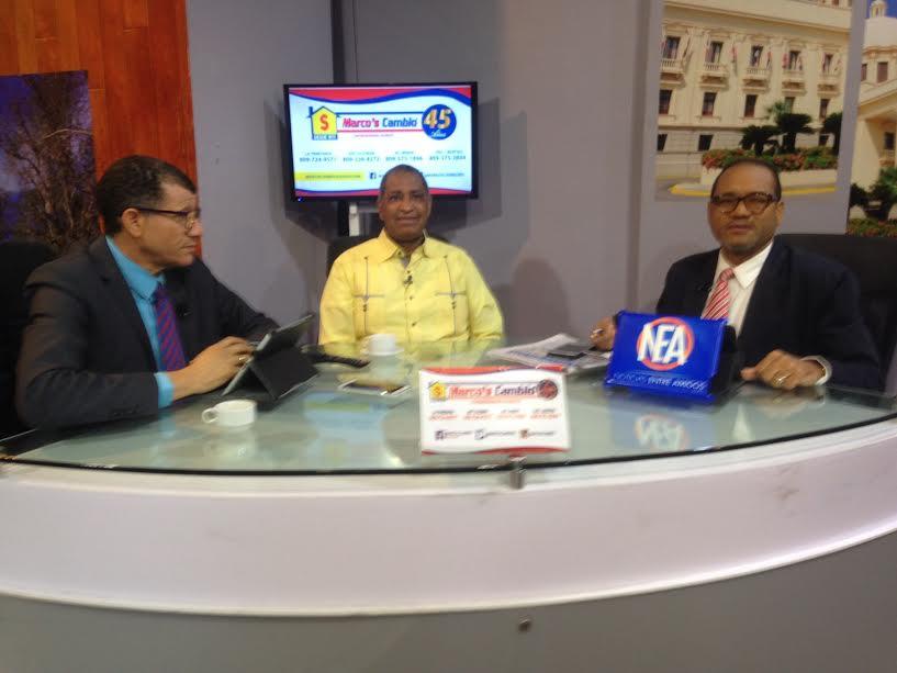 Rafael Narciso Vargas, presidente de la Cooperativa La Altagracia conversa con lo periodistas Nelson Peralta y Alberto José