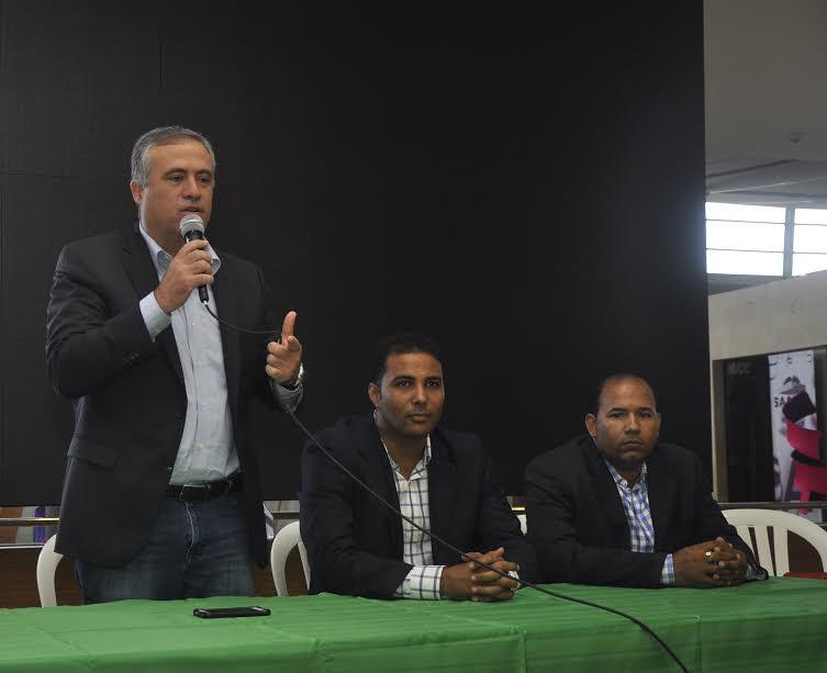 Pedro Domínguez Brito mientras anunciaba la actividad a su lado los Licenciados. Wily González y Lic. Braulio Ramírez presidente y director ejecutivo de la FDA.