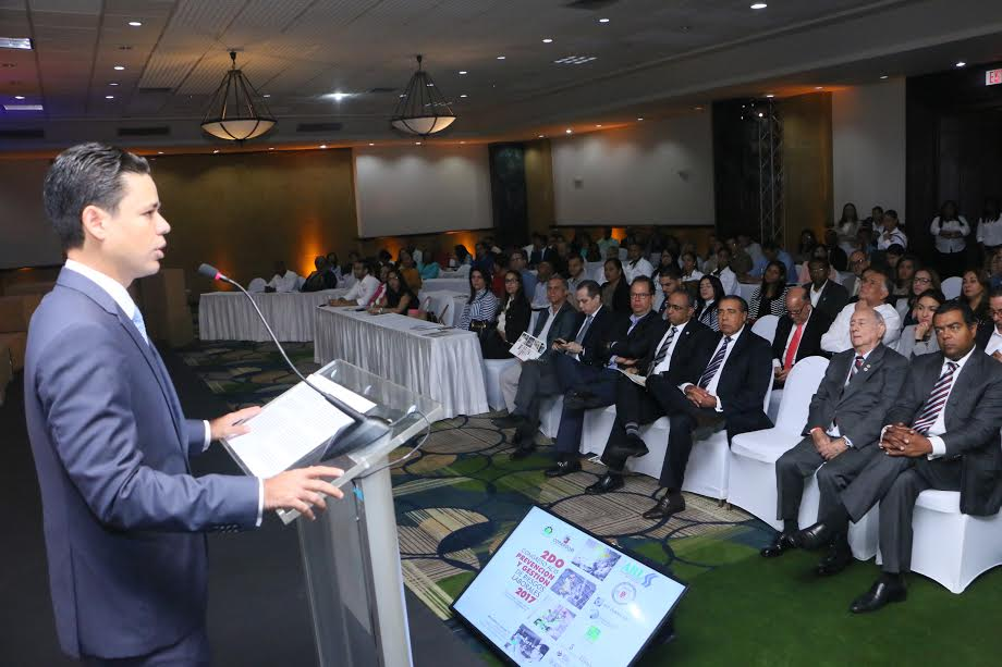 Carlos Guillermo Núñez, presidente de la ACIS, pronuncias las palabras de apertura del 2do. Congreso de Riesgos Laborales. (foto Bartolo García).