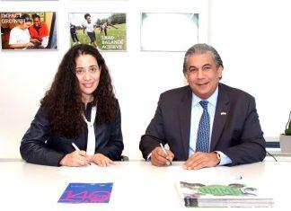 El cónsul Carlos A. Castillo y Tara N. Gardner, directora de Alcance Comunitario, Asociaciones y Servicios de Apoyo del Fresh Air Fund, durante la firma del convenio de cooperación mutua.