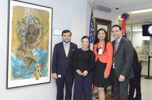 Desde izquierda, Eduardo Hernández, la artista plástico Scherezade García, la vicecónsul Sobeira Duran y Haile Rivera, durante el acto en el que fue develizado el arte de Scherezade García.