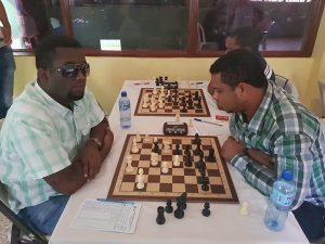 Ruddy Méndez con piezas negras en su partida con Carlos Del Rosario cuarta ronda.